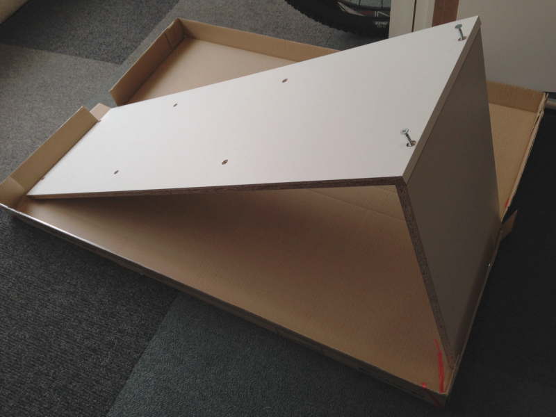 梱包材の上に側板と天板をL字型にセット