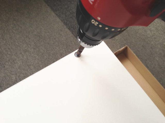 天板と底板を側板にネジで固定する