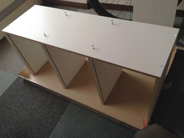 棚板2枚を側板に固定する