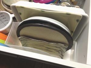 引出に100円均一のファイルボックスとブックエンドを使って皿を立てた状態