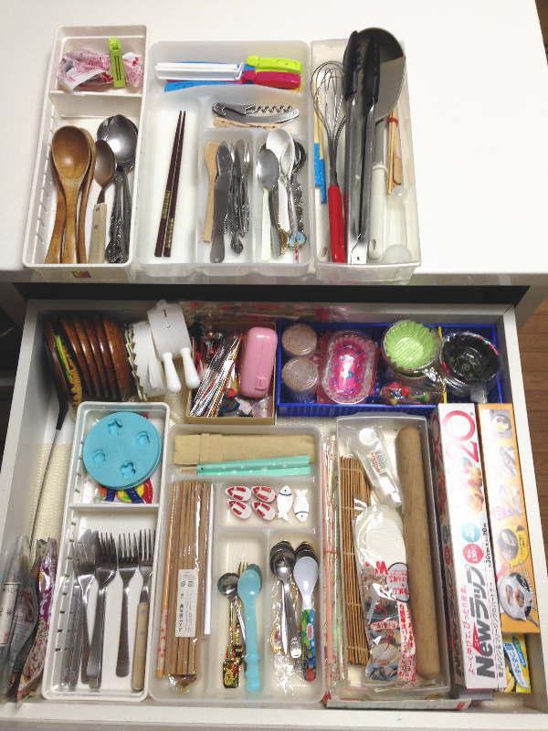 引出式食器棚のカトラリー類はプラ箱を重ねて収納