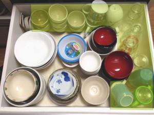 食器は大きなものから順番に、種類ごとに分けて収める