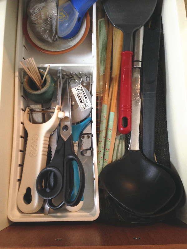 キッチンツールをシステムキッチンの引出に寝かして収納