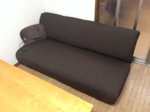 ソファーカバーを掛けた我が家のソファー