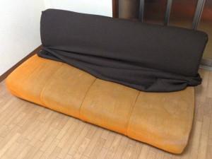 ソファーカバーを背もたれに掛ける