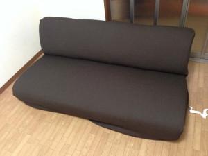 ソファーカバーを座面に掛ける