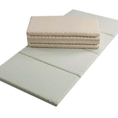 クローゼットに収めるのに最適な4つ折りの敷布団