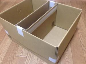 大きい箱のフタを外側に折り畳んでガムテープで固定
