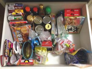 食品ストックの半減化に成功した食器棚の引出(before)