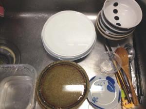 洗い物の器を揃えてシンクに重ねた状態
