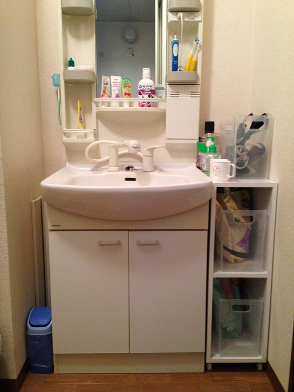 洗面化粧台横のスペースを活用して収納