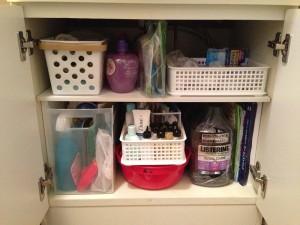 洗面化粧台の下は二段に仕切って収納