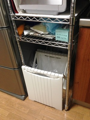 メタルラックを高脚式に組んで下に分別ゴミ箱を設置