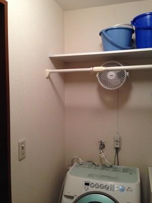 洗濯機上のスペースに棚を取付