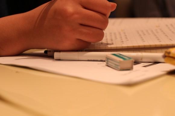 宿題をする子供のイメージ