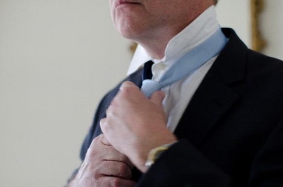 ネクタイを締める男性・イメージ