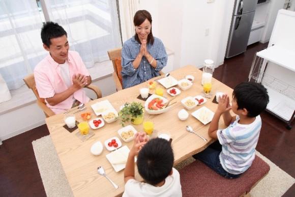 家族で食事・イメージ