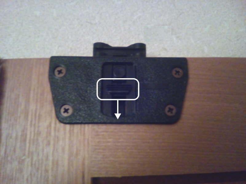 ワードローブの引き違い戸の内側の留め具