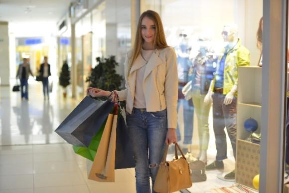 ファッションアイテムを買い込む女性・イメージ