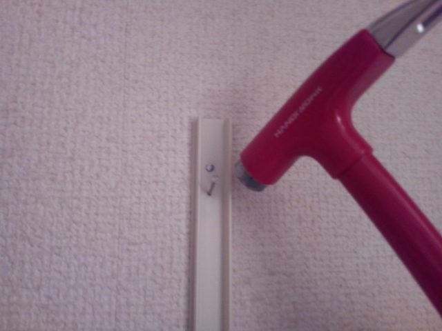 配線コードカバーを小釘で壁に固定