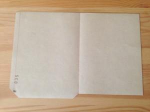 はがせる壁紙の柄サンプルで封筒を作るために裁断