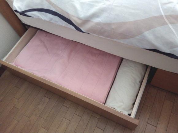 ベッド下の引出しにはシーツを収納するのがオススメ