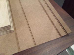 V字の切れ込みを入れたオレフィン樹脂シート貼りのMDF合板