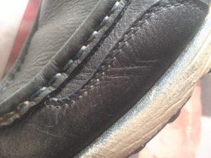 白い靴底の側面まで色がついてしまった
