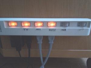 テレビボード横の電源タップは満員御礼状態