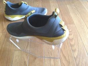 シーソーの原理で上側の靴を手前に傾ける
