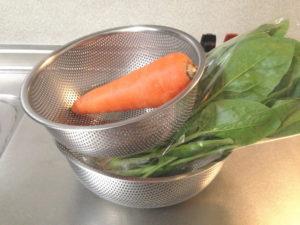 下ごしらえをした野菜を入れたザルを重ねるのは事実上無理