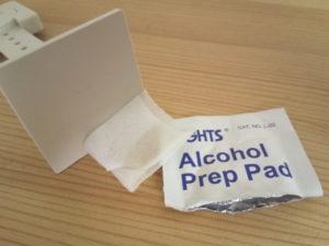 接着は付属のアルコールパッドで拭いてから