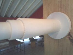 マットホワイト色のテンションロッドの端部