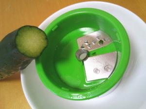 野菜の中心を刃の中央に合わせる