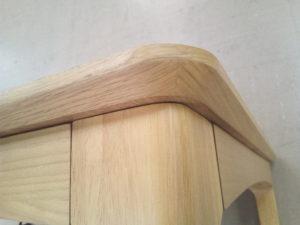 天板の側面まで突板を貼っている
