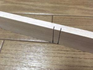桐の板に切れ目を入れる