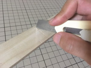 セリアの桐材をカッターナイフで切る