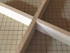 切れ込みを入れた桐材を十字に組んでみた