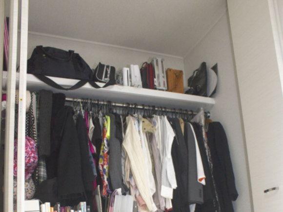 クローゼットの上の棚(枕棚)にカバンを収納する・イメージ