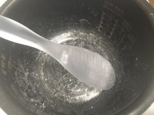 極しゃもじプレミアムなら炊飯器の釜にご飯粒がくっつかない!