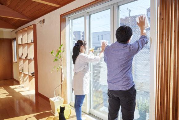 夫婦で大掃除・イメージ(アフロ)