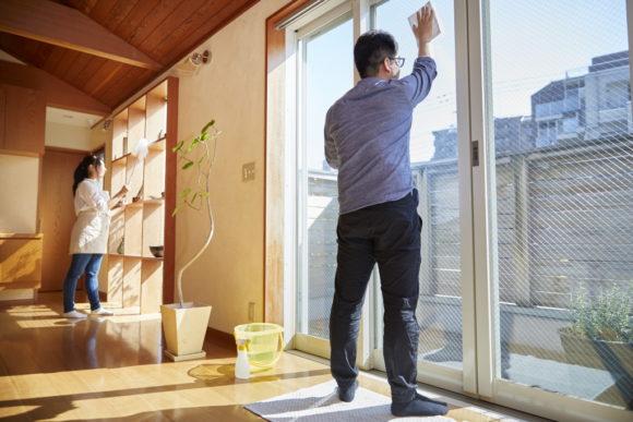 窓拭き・イメージ(アフロ)