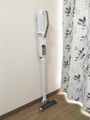 極細軽量スティッククリーナーIC-SLDC4を賃貸の壁紙に立て掛け設置
