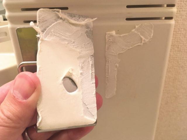amazonで購入した粘着式のステンレス製コップ&歯ブラシホルダーを剥がした状態