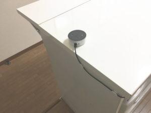 Echo Dotの電源ケーブルは粘着式コードフックで固定