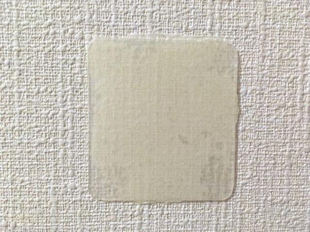 PPシートをくりぴた接着剤で壁に貼り付け