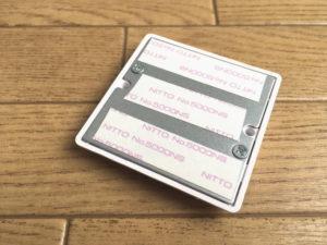 壁置きパーツ裏面に両面テープを貼る