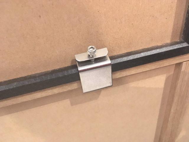 ユニットは付属の金具で連結可能