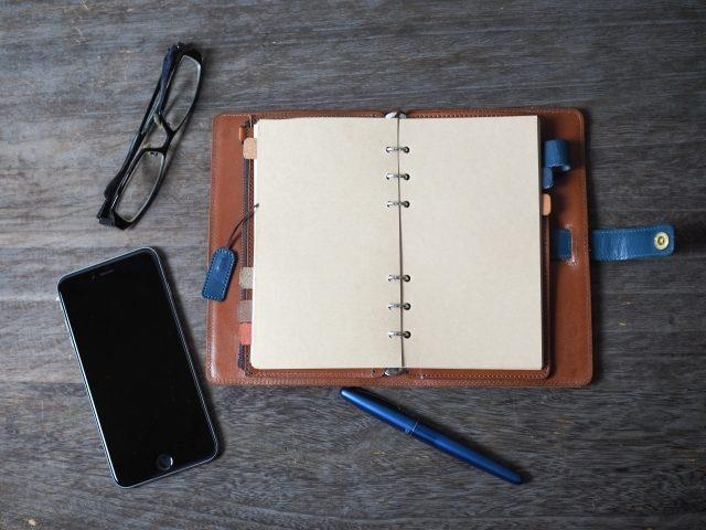 手帳とスマホ・イメージ