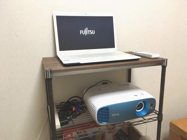 ルミナスウッドシェルフの上にノートパソコンを置いて操作することも可能